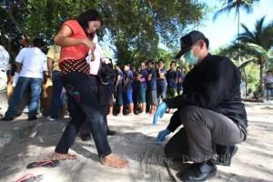 เจ้าหน้าที่ตำรวจพิสูจน์หลักฐาน ทำการเก็บดีเอ็นเอจากลูกจ้างชาวพม่าและไทยที่ทำงานในร้านอาหารและรีสอร์ต ที่หาดทรายรี เกาะเต่า จังหวัดสุราษฏ์ธานี